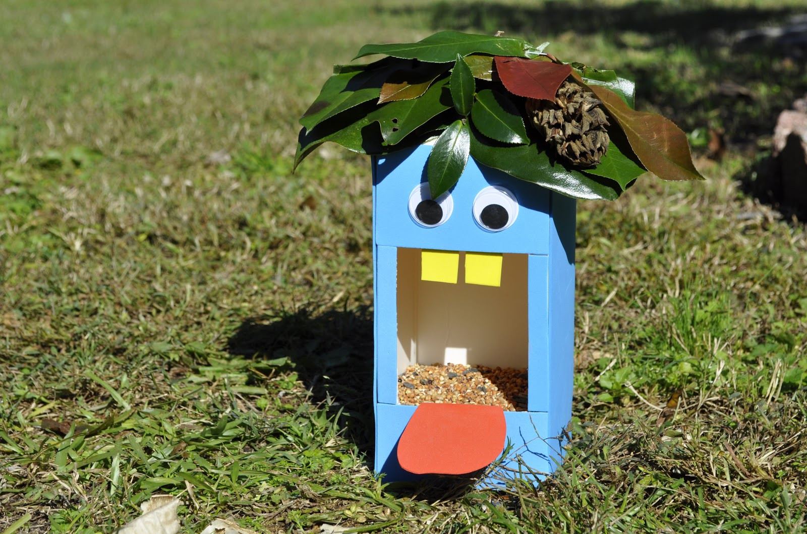 10 easy to make and recycled bird feeders lifegate for Plastic bottle bird house
