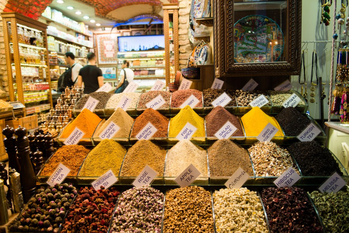 Spices in a food market in Istanbul © Volanthevist Gettyimages