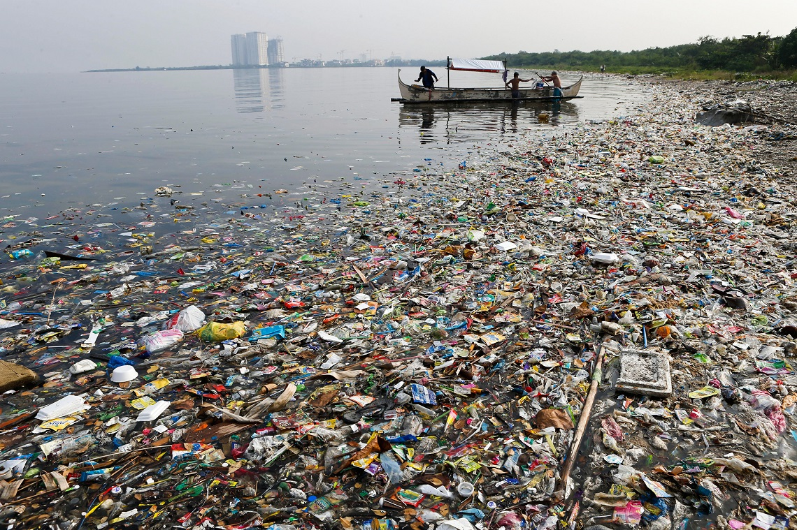 Fishermen prepare to fish, amidst floating garbage off the shore of Manila Bay during World Oceans Day in Paranaque, Metro Manila June 8, 2013. The U.N. officially designated June 8th each year as World Oceans Day, in December 2008.     REUTERS/Erik De Castro (PHILIPPINES - Tags: SOCIETY ENVIRONMENT TPX IMAGES OF THE DAY) - RTX10G3C