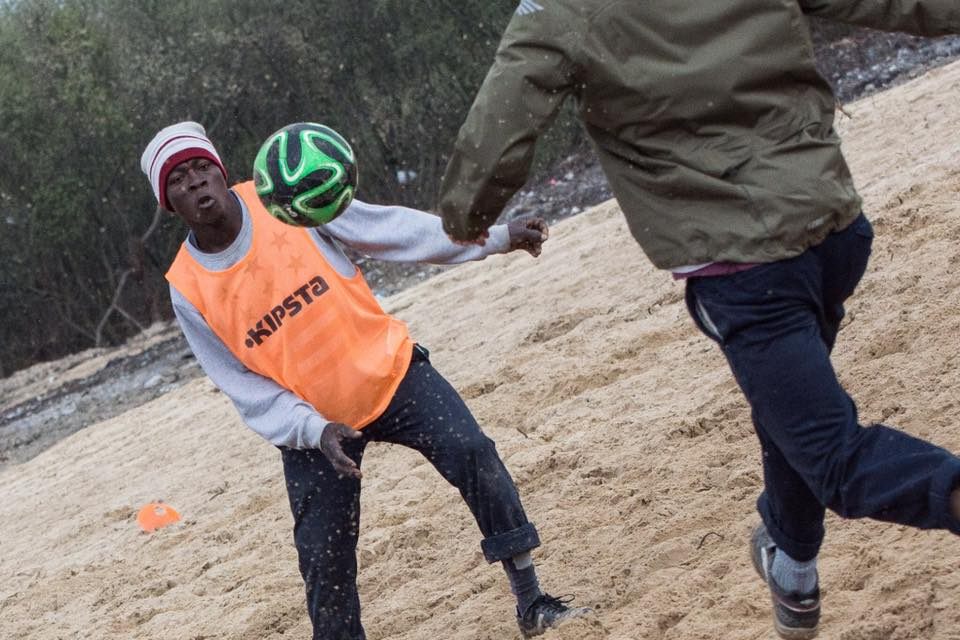 giungla jungle calais francia calcio migranti